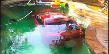 Alko-Lenker versenkt Kultauto in Swimmingpool