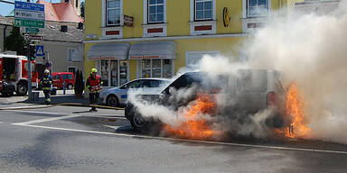 Luxus-SUV brennt an Kreuzung aus