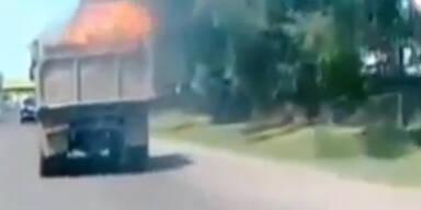 Russland: LKW mit brennender Ladefläche