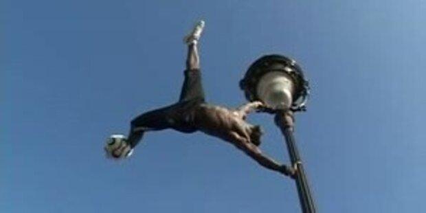 Freestyle-Fussball auf einer Laterne