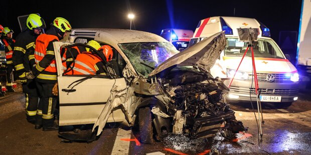 Pkw crasht in Lkw: Junger Lenker tot