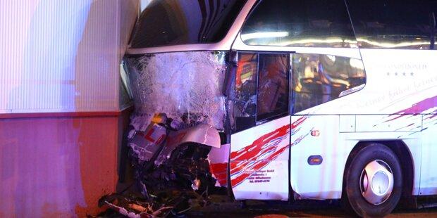 Unfall mit Reisebus: Mehrere Verletzte