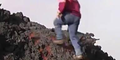 Mann läuft über fließenden Lavastrom