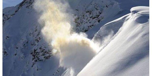 Wieder verschüttet Lawine Straße in Osttirol