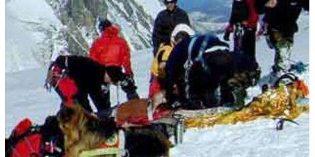 Skifahrer von Schneebrett mitgerissen