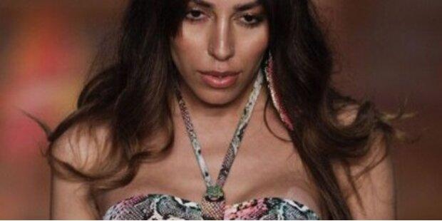 Transsexuelles Model im Bikini für Blueman