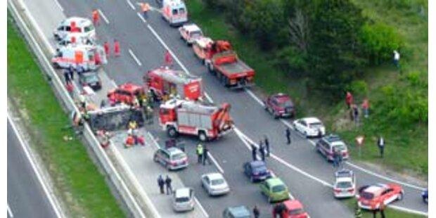 Kleinbus auf A2 in Niederösterreich überschlagen