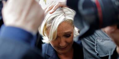 Ei-Attacke auf Marine Le Pen