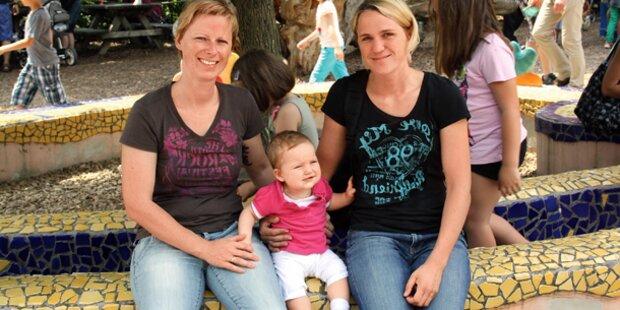 Erstes Lesben-Paar adoptiert Kind