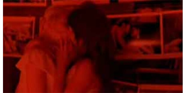 Lesbenkuss - Scarlett & Penélope knutschen