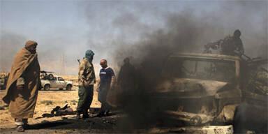Libyen Rebellen vor brennendem Auto