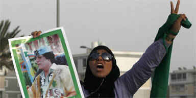 Libyen Frau mit Gaddafi-Bild