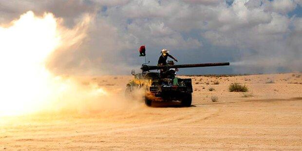 Übergangsrat greift Sirte mit Panzern an