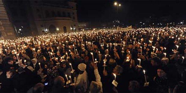 Tausende bei Lichtertanz gegen Rosenkranz