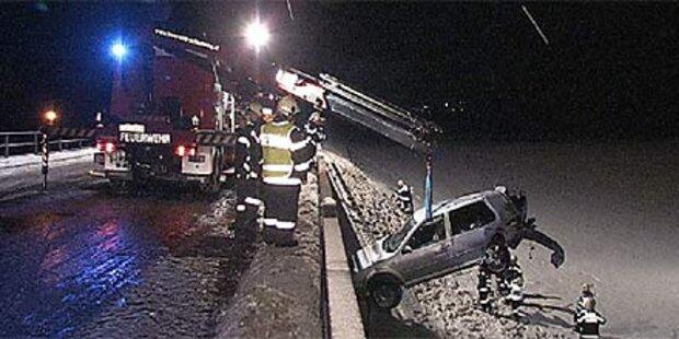 Auto stürzt in Graben - drei Schwerverletzte