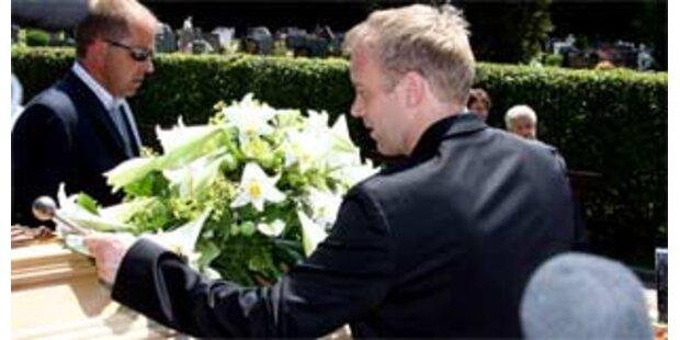 Weiße Lilien zum Abschied von Horst Skoff