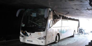 Bus rast in zu niedrigen Tunnel