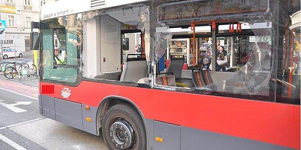 Lkw rammt Linienbus - zwei Verletzte