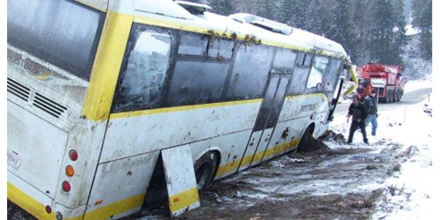 Schülerbus der Post landete im Graben