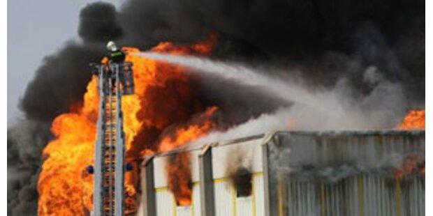 Verletzter bei Feuer in Linzer Gefahrenguthalle