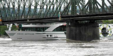 Schiff bleibt fast unter Brücke stecken