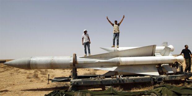 NATO fliegt Angriffe bis Gaddafi stürzt