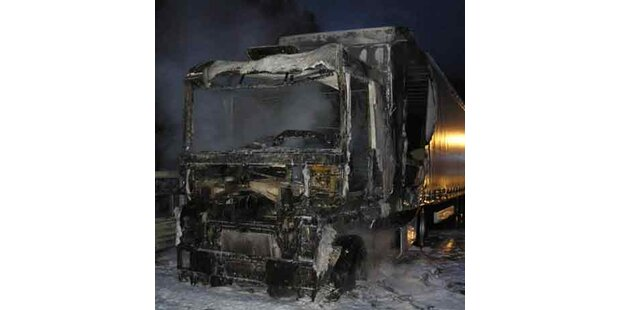 Lkw auf Autobahn in Flammen aufgegangen