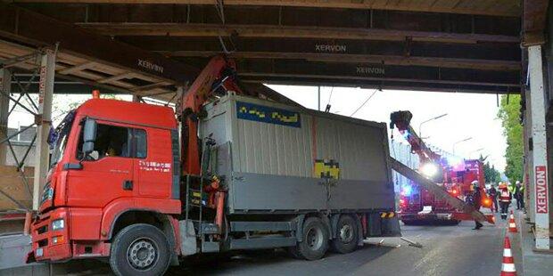 Lkw rammte in Wien Fußgängerbrücke