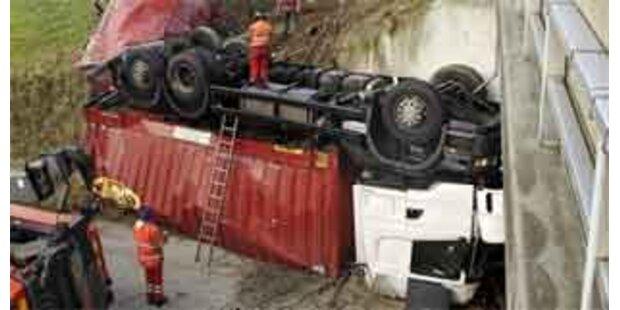 Deutscher Lkw-Zug stürzte von A8-Autobahnbrücke