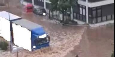 Fahndung nach Fahrer: Lkw löst Flutwelle aus