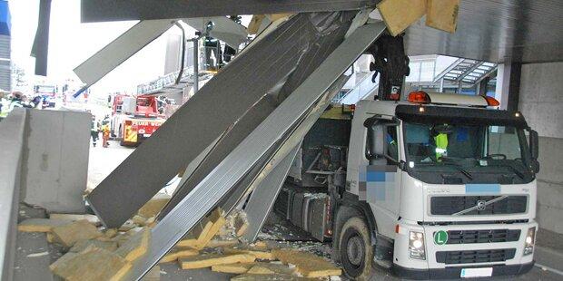 SCS: Ladekran blieb unter Brücke stecken