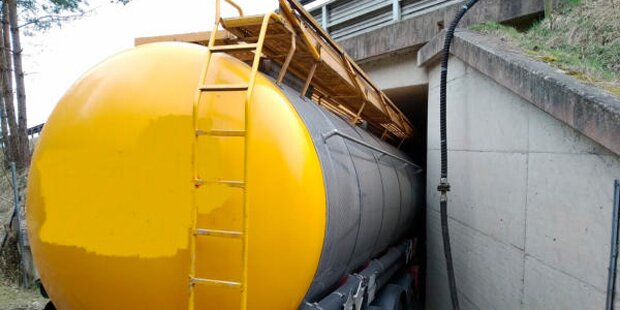 Lkw-Lenker verschätzt sich mit Tanker total
