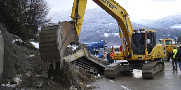Stützmauer erschlägt Lkw-Fahrer