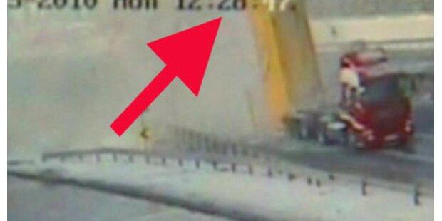 Lkw reißt Brücke in Istanbul ein