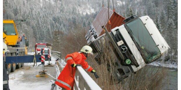 Schnee-Chaos: Zwei Lkws bauten Unfälle