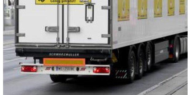 Mopedlenkerin von zurückfahrendem Lkw überrollt