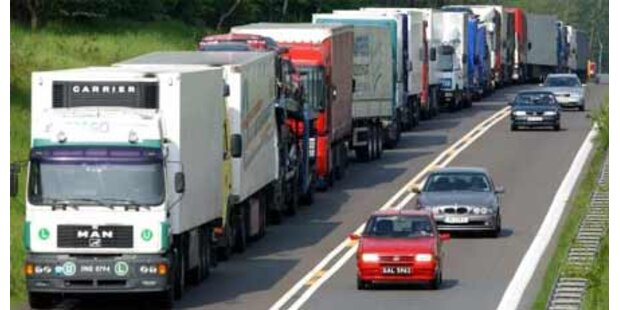 A1 nach Unfall mit drei Lkw gesperrt