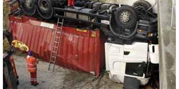 Lkw auf der A2 in NÖ umgekippt