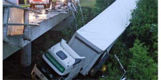 Lkw stürzte in Klagenfurt von Südautobahn-Brücke
