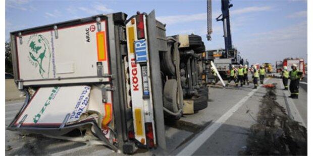 Lkw umgekippt - Fahrer getötet
