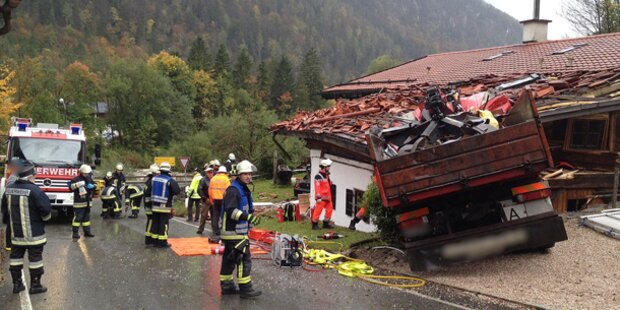 LKW prallt in Wohnhaus: Lenker tot