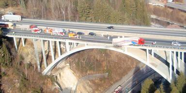 Kärnten: Lkw fast von Brücke gestürzt