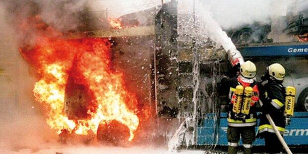 2 Autotransporter brannten komplett aus