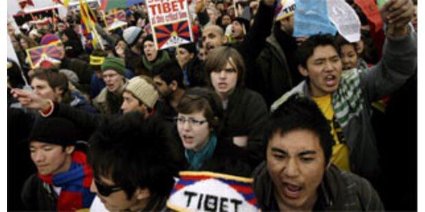 Olympisches Feuer in London mit Protesten begrüßt
