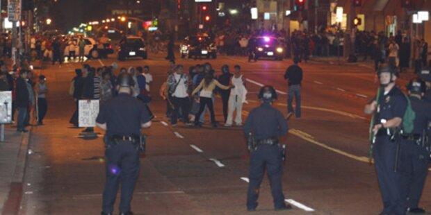 Demonstranten gehen auf Polizisten los