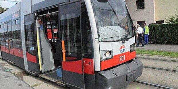 Auto kracht in Straßenbahn