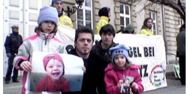 NGO-Aktion für Luca vor Landesgericht