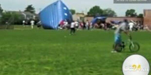 Defekte Luftburg reißt Kinder 10 Meter hoch