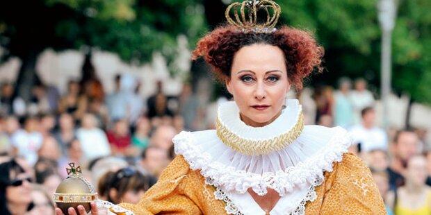 Mausi Lugner als strenge Queen