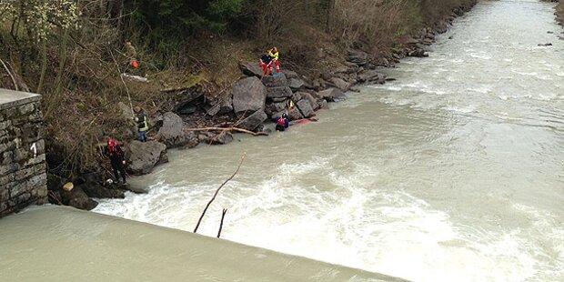 Mann (24) von Fluss mitgerissen